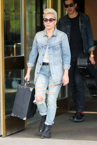File:5-3-16 Leaving her apartment in NYC 001.jpg