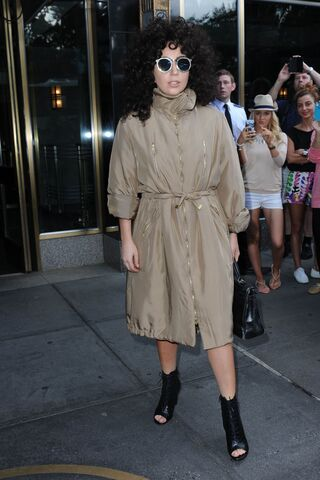 File:7-28-14 Leaving her apartment in NYC 001.JPG