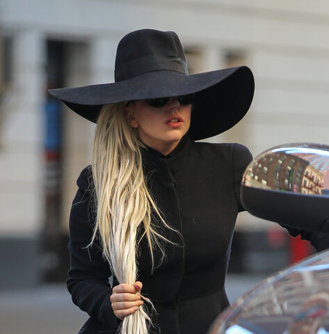 File:3-18-14 Leaving her apartment in NYC 004.jpg