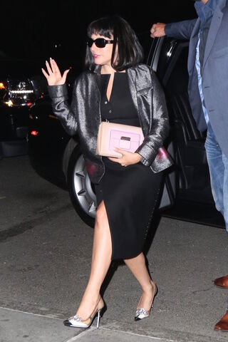 File:5-3-15 Arriving at her apartment in NYC 001.jpg