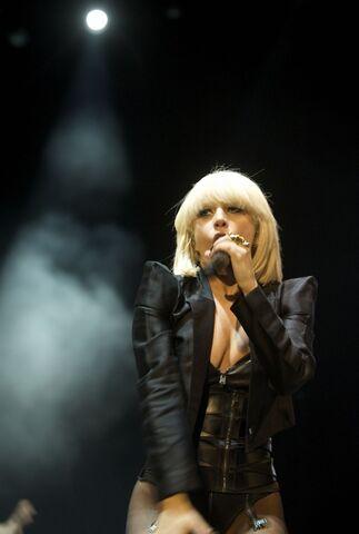 File:4-24-09 At Primavera Pop Festival in Madrid 001.jpg