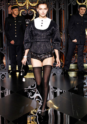 File:Louis Vuitton Fall 2011 RTW Laser-Cut Leather Briefs.jpg