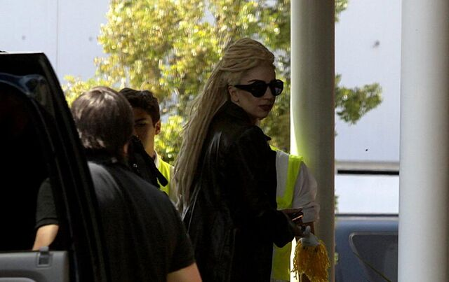 File:11-21-12 Gaga leaving hotel in Chile 001.jpg