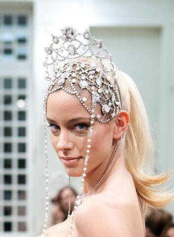 File:Celia Kritharioti - Headpiece.jpg