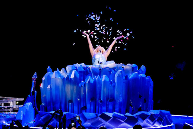 File:7-21-14 Born This Way (Acoustic) artRAVE The ARTPOP Ball 001.jpg