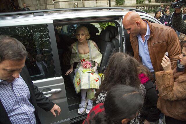 File:10-31-13 Leaving Hotel in London 003.jpg