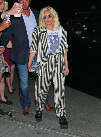 File:6-18-15 Returning to her apartment in NYC 001.jpg