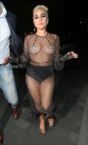 File:6-9-15 Arriving at Philip Treacy Shop in London 001.jpg