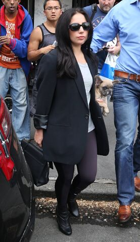 File:5-12-15 Leaving her apartment in NYC 001.jpeg