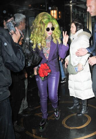 File:4-4-14 Leaving her apartment in NYC 001.jpg