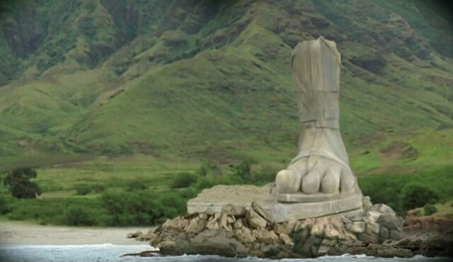 ملف:Foot-statue.jpg