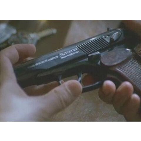 """Pistolet Makarov PM (Bułgaria), którym Desmond chciał popełnić samobójstwo w odcinku <i>""""<a href="""