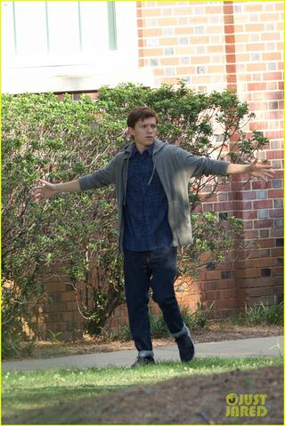 File:Tom-holland-sprints-spider-man-set-atlanta-07.jpg