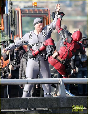 File:Ryan-reynolds-meets-mayor-at-deadpool-set-02.jpg