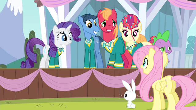 File:Fluttershy complimenting all the Ponytones S4E14.png