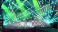 """Coloratura sings """"Razzle dazzle"""" while moving her head S5E24"""