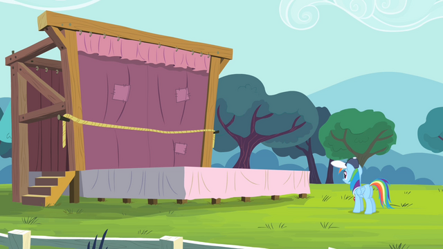 File:Rainbow Dash looking at the stage S4E05.png