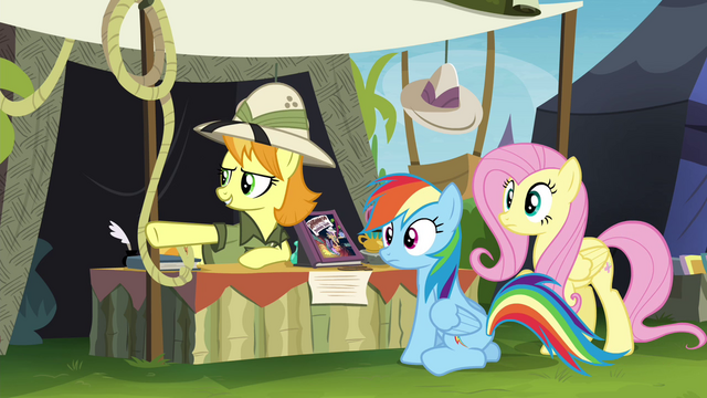 File:Daring Do collector pointing off-screen S4E22.png