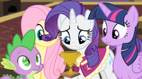Rarity grabs her trophy S4E08