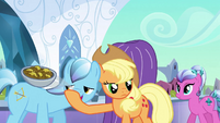 Applejack throws fritters S3E2