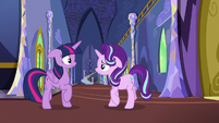 Starlight approaches Twilight; Twilight backs away S6E25
