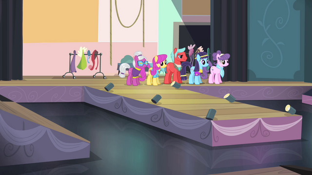 File:Ponies on stage S4E08.png