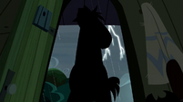 A shadowed stallion comes at the door S5E6