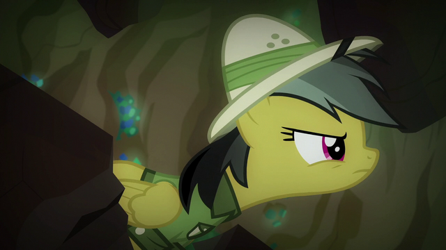 File:Daring Do looking at the artifact S6E13.png