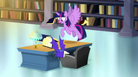 Twilight dodging a bat book S5E13