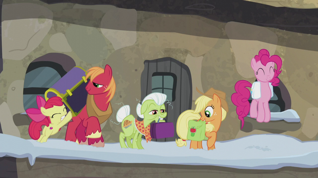 File:Pinkie and Apples at the train station S5E20.png