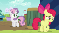 Sweetie Belle notices Apple Bloom S5E17