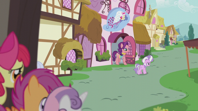 File:Spoiled Rich exiting a shop near Diamond S5E18.png