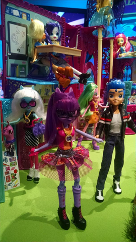 File:NYTF 2015 Canterlot High playset with EG dolls.png
