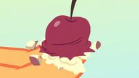 A mushy apple in Applejack's hooves S4E7
