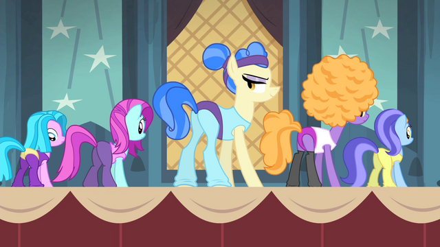 File:Sapphire and backup dancers rehearsing S4E19.png