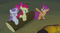 Scootaloo pointing at Rainbow S3E06