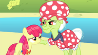 Granny Smith touches Apple Bloom S4E20