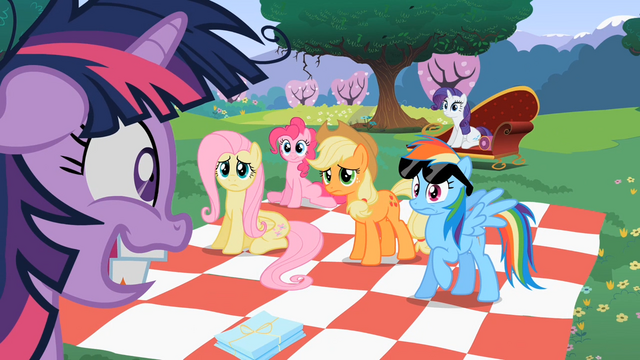Datei:Main 5 ponies looking at worried Twilight S02E03.png