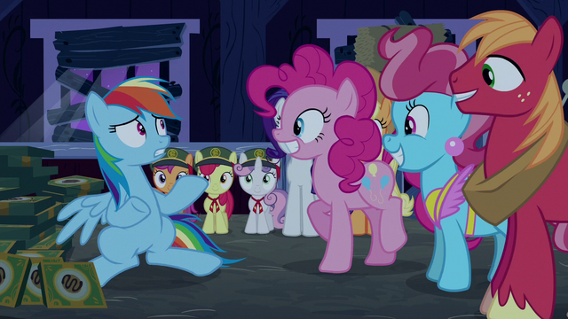 File:Rainbow Dash sees everypony is normal S6E15.png