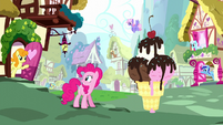 Ponies appear in Pinkie's dream Ponyville S5E13