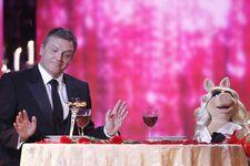 VerleihungDerGoldenenKamera-HapeKerkeling&MissPiggy-(2012-02-04)02