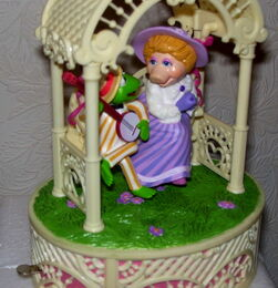 Enesco 1983 music box kermit and piggy park swing 4