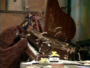 Rowlf at the broken piano