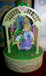 Enesco 1983 kermit piggy music box 2