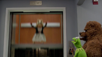 TheMuppets-S01E07-Elevator-PiggyDown