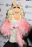 OUT100-RedCarpet-MissPiggy-(2011-11-18)-03