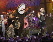 Avril-Lavigne-Jimmy-Kimmel-Live-avril-lavigne-35609685-960-768