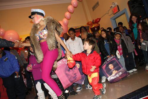 File:Nicki-minaj-hands-out-free-turkeys-to-her-old-school-in-queens15.jpg