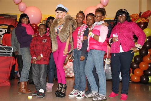 File:Nicki-minaj-hands-out-free-turkeys-to-her-old-school-in-queens17.jpg