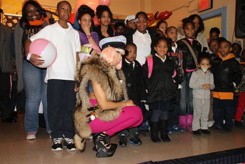 File:Nicki-minaj-hands-out-free-turkeys-to-her-old-school-in-queens11.jpg